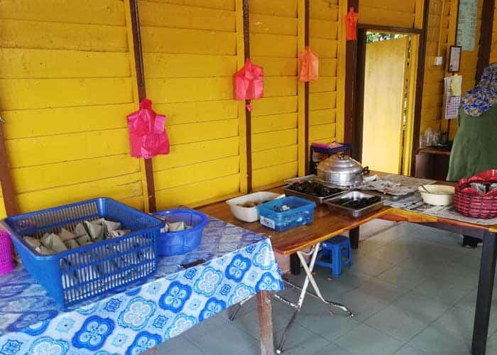 warung nayan lenggeng meja hidang min - Menikmati Nasi Lemak Ikan Keli & Kodok Gelumang di Warung Nayan, Lenggeng - 2